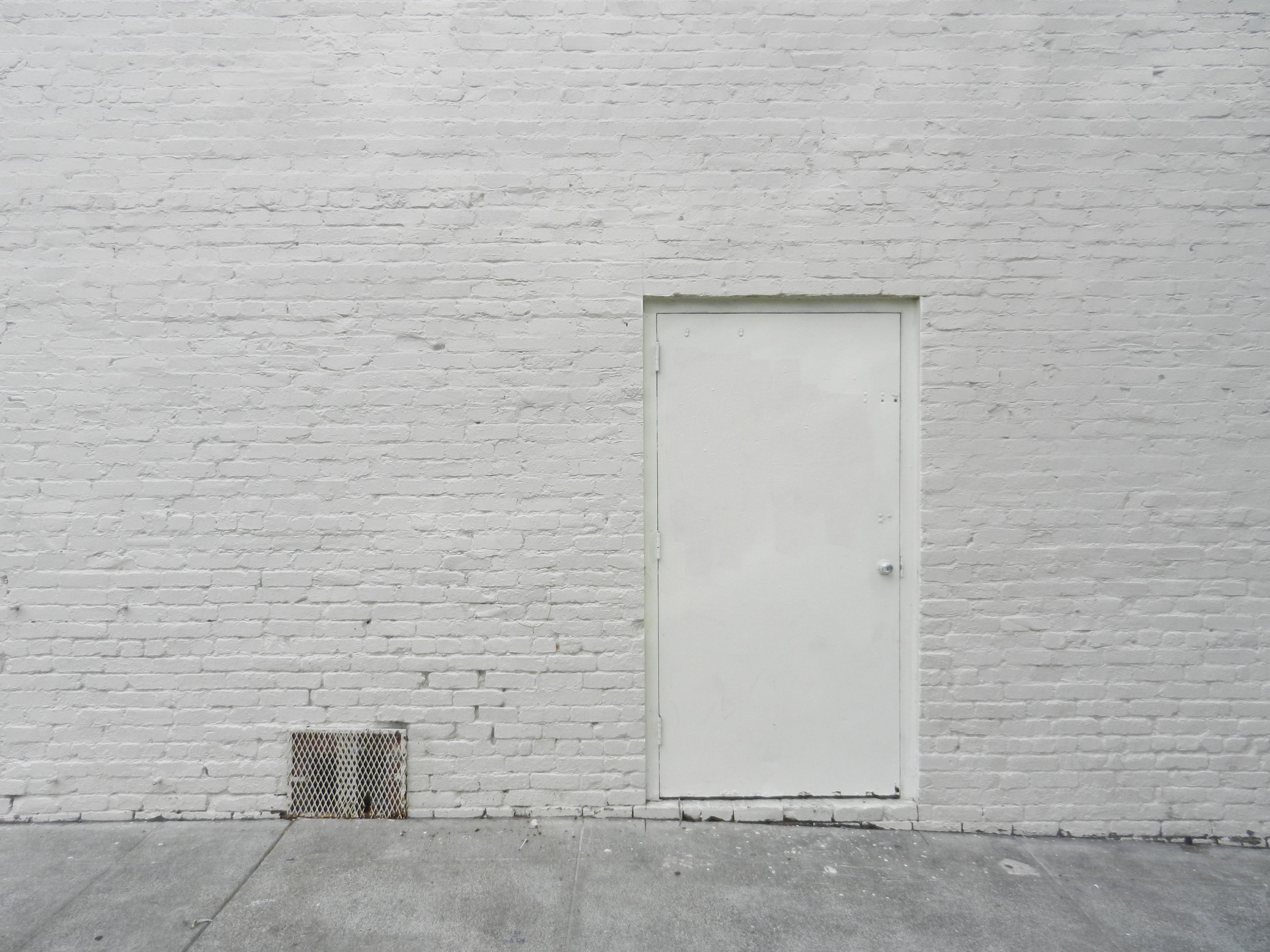 вот картинка серая стена на улице нему явилась аппетитная